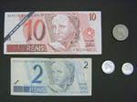 お金(10レアルはコピー、2レアルは本物)